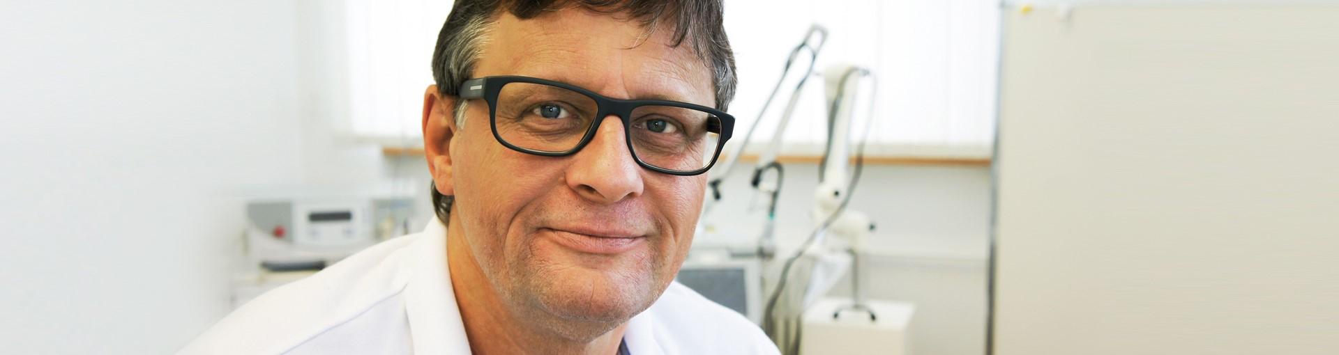 Dr Schubert in seiner Praxis